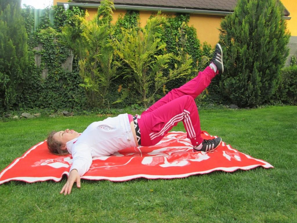 zdvihanie zadku do vzduchu s narovnanou nohou)